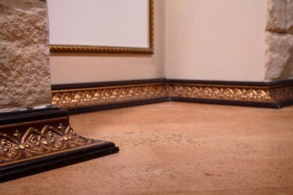 Деревянный плинтус — советы по подбору и монтажу современных напольных моделей (125 фото)
