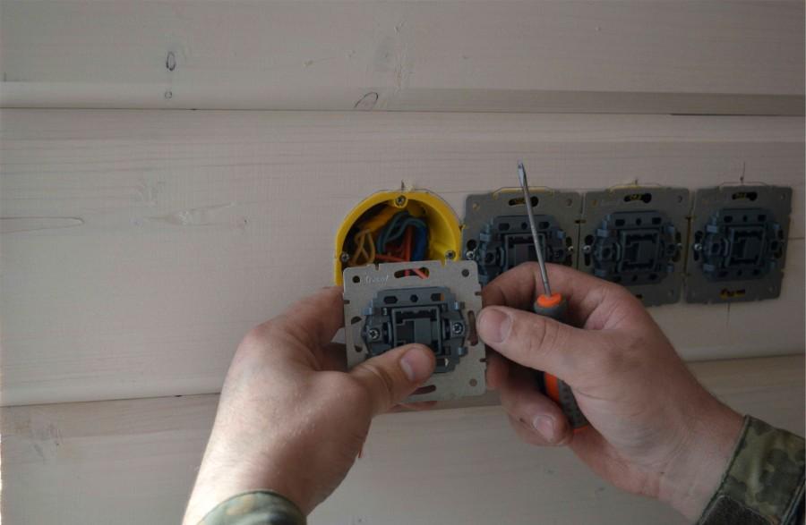 установка розеток выключателей и патронов