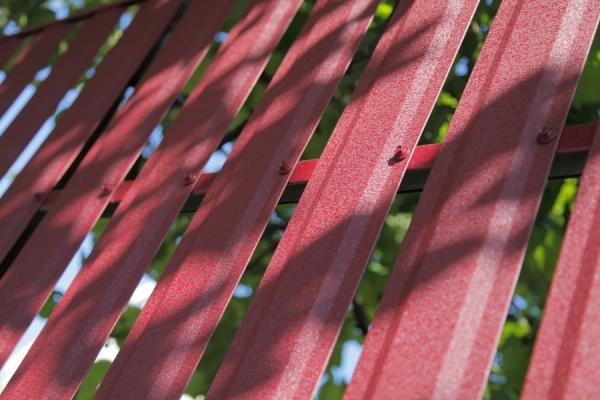 Металлический штакетник – характеристики, применение и основные формы профиля (100 фото)
