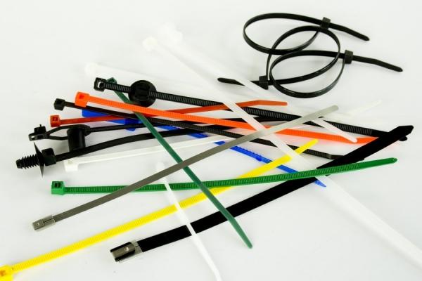 Пластиковые хомуты: стяжки для крепления и особенности их применения (65 фото)