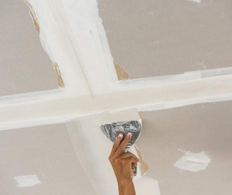 Как шпаклевать потолок под покраску своими руками 16