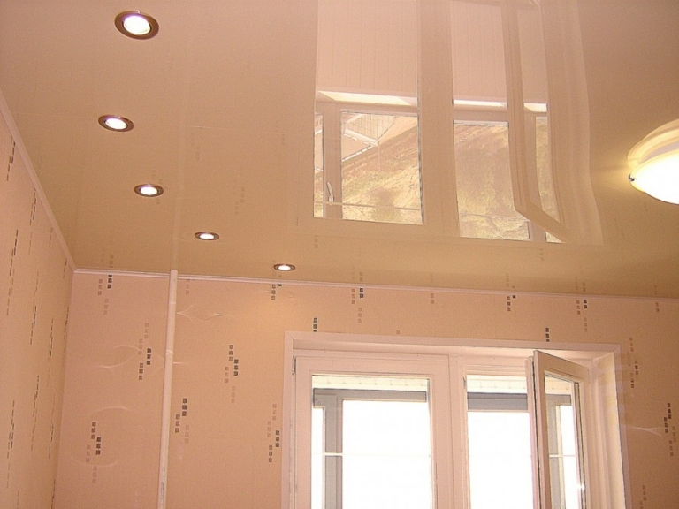 гладит спящего натяжные потолки с лампочками фото в спальне быстро