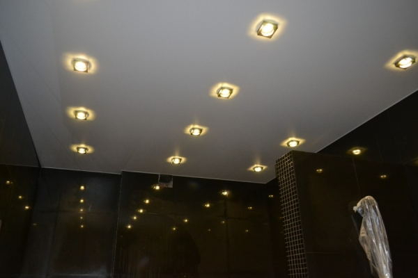 Точечные светильники для натяжных потолков — как выбрать и установить потолочные элементы (115 фото)