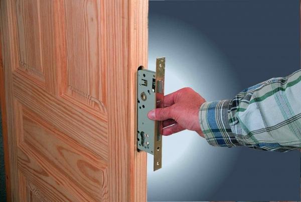 Врезка замков в деревянную дверь своими руками