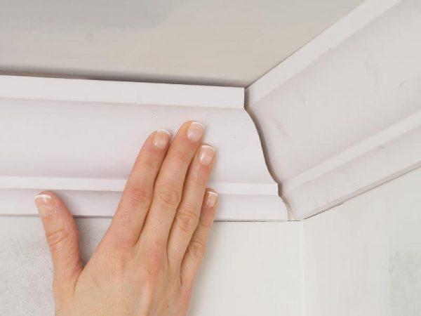 Как приклеить потолочный плинтус и вырезать угол